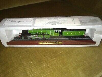Lner Flying Scotsman With Tender Green Logo On A Track With Wooden Plythn • 11.23€
